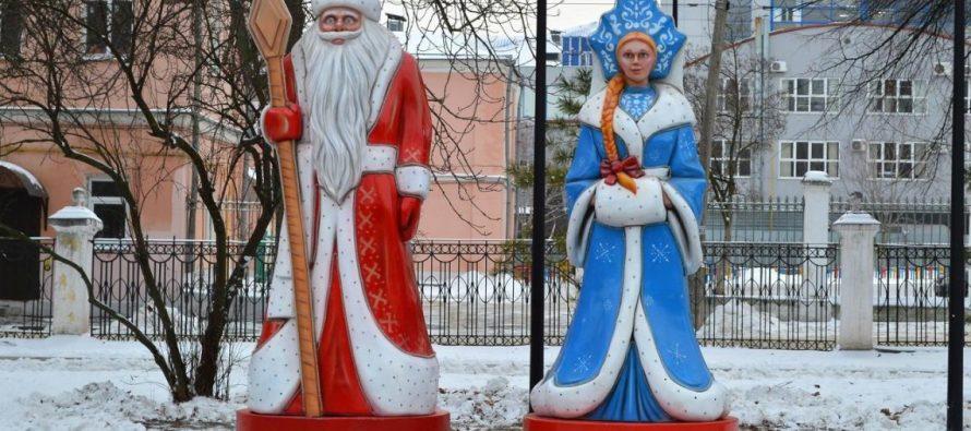 В центре Рязани в парке установили фигуры Снегурочки и Деда Мороза