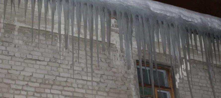 Жителей Рязани предупредили, куда следует звонить при схождении снега или льда с кровель домов