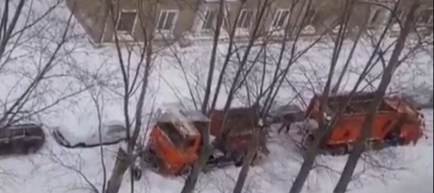 В Рязани снегоуборочная машина забуксовала в снегу