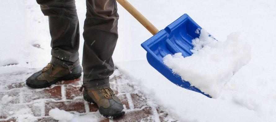 В Рязани во время уборки снега на парковке умер мужчина