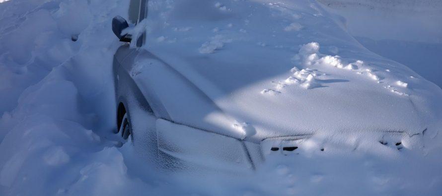 Эксперт посоветовал срочно выкапывать машины из-под снега