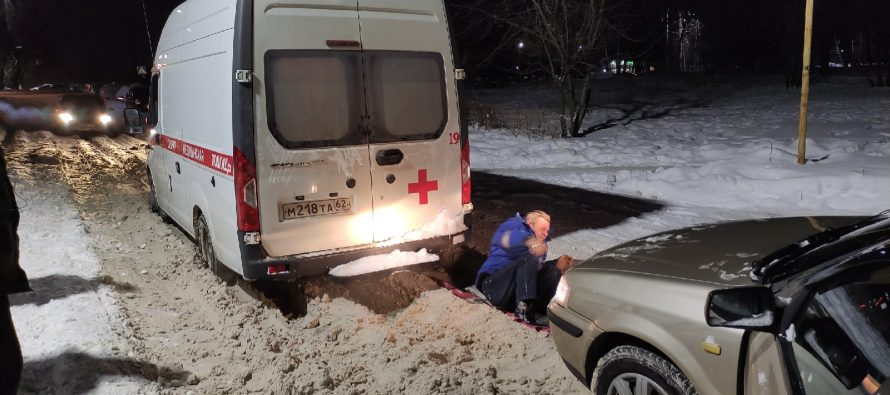 Рязанец на иномарке спас «Скорую помощь» из снежного плена в Горроще