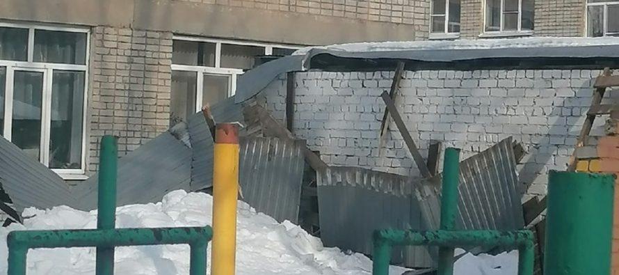 В рязанском детском саду обрушилась крыша беседки