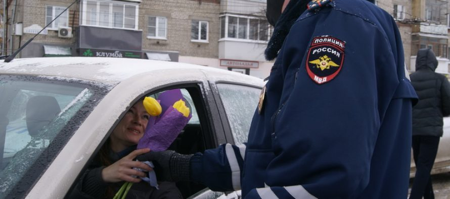Инспекторы рязанской ГИБДД дарили цветы всем женщинам за рулем