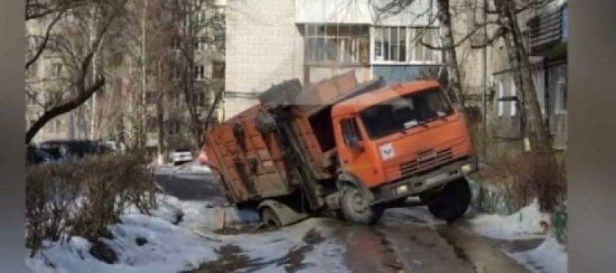 ВРязани мусоровоз провалился вяму