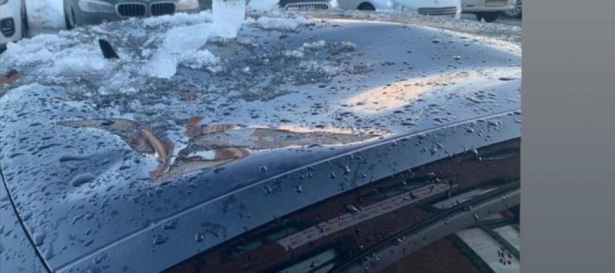 Огромная льдина повредила крышу автомобиля рязанки