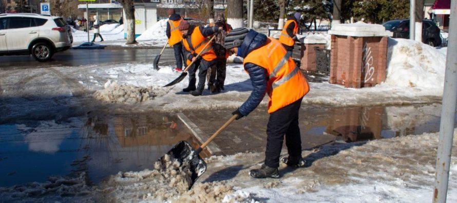 На 9 улицах Рязани проводится капитальная уборка снега и мусора