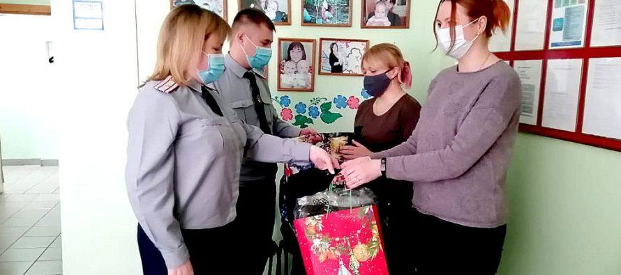 Работники УФСИН Рязани передали вещи пострадавшей впожаре семье