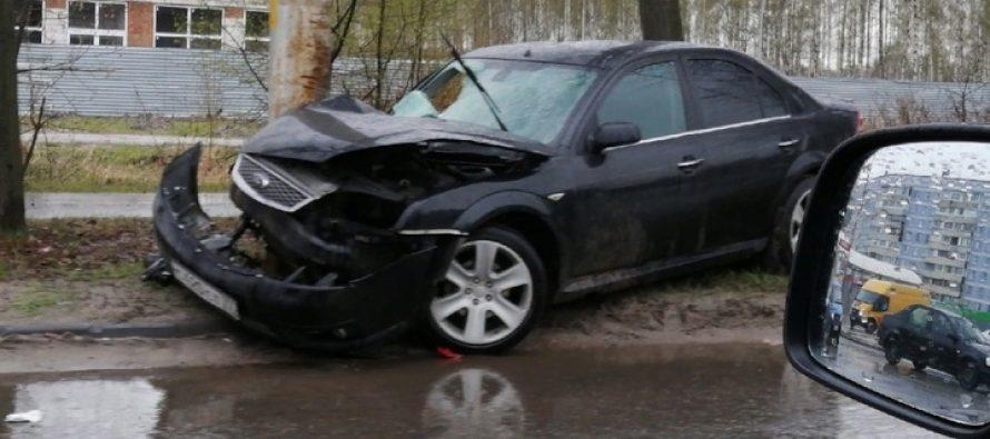 Ну улице Бирюзова в Рязани автомобиль Ford Mondeo протаранил фонарный столб