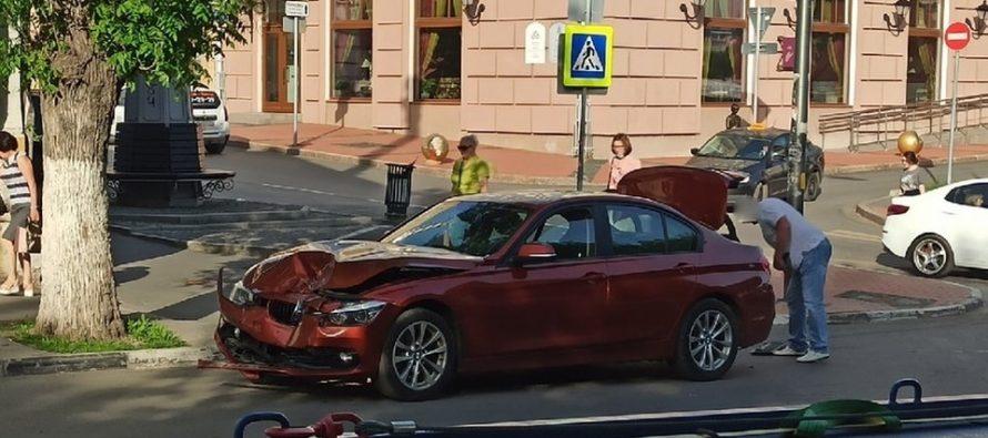В центре Рязани автобус ПАЗ столкнулся с BMW, пострадали женщина и 4-летний ребенок