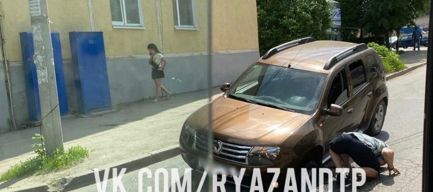 На Касимовском шоссе в Рязани автомобиль Renault Duster провалился под асфальт