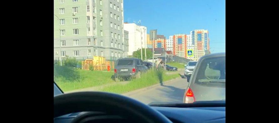 Полиция Рязани проверит инцидент с «Нивой», объезжающей пробки по тротуарам
