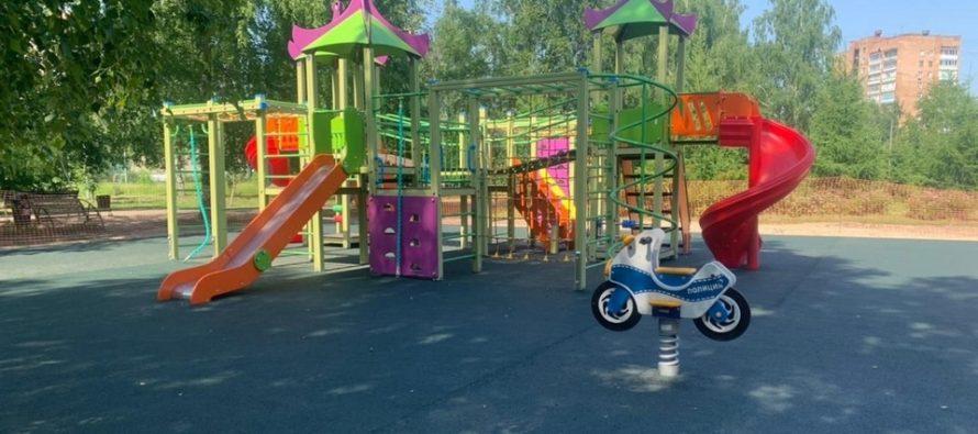 Рязанцы приняли участие в приемке детской площадки в Комсомольском парке