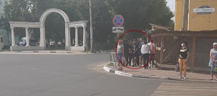 В центре Рязани сфотографировали молодого человека в наручниках и в сопровождении полиции