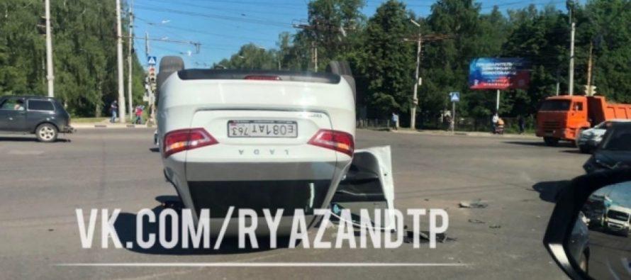 На Приокском путепроводе после столкновения с Hyundai перевернулась Lada Vesta