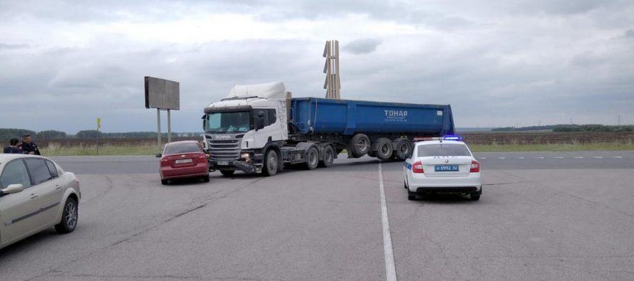 В Пронском районе легковой автомобиль Chevrolet угодил под фуру