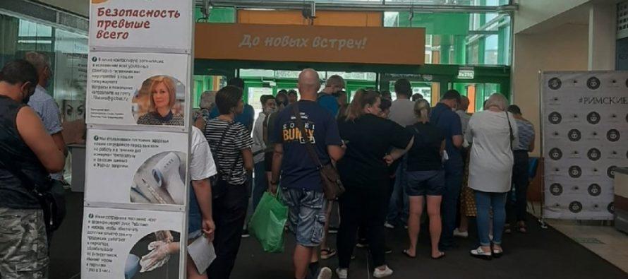 В рязанском ТЦ «Глобус» снова засняли огромную очередь на вакцинацию от Covid