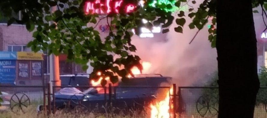 В Рязани на улице Новоселов после столкновения с иномаркой загорелся автомобиль ВАЗ-2114