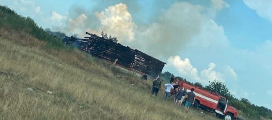 В Рязанском районе из-за удара молнии полностью сгорел деревянный дом