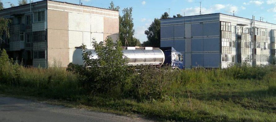 Жители поселка Ибредь пожаловались на зловонные лужи рядом с местным заводом